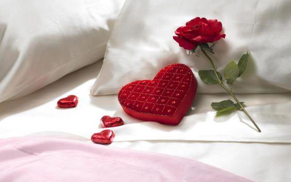 descargar-wallpaper-originales-y-gratuitos-para-san-valentin-corazon-almohada