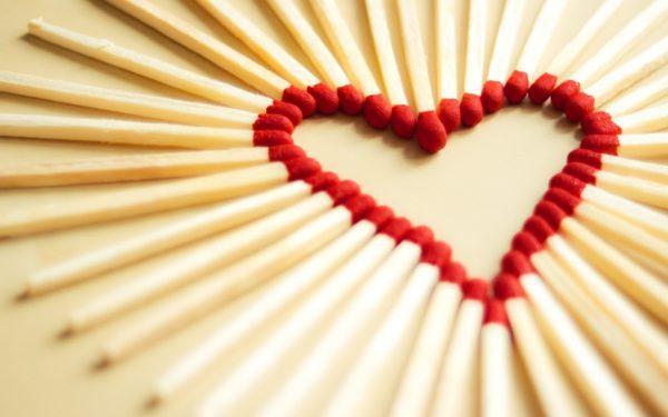 descargar-wallpaper-originales-y-gratuitos-para-san-valentin-de-corazones-corazones-cerillas