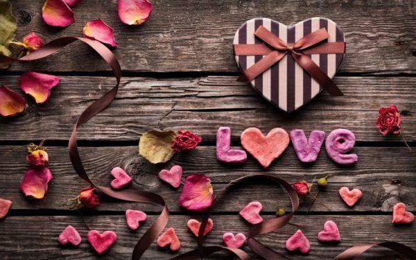 descargar-wallpaper-originales-y-gratuitos-para-san-valentin-love-sobre-madera