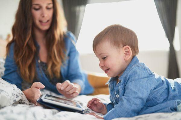 mejores-tablets-para-ninos-bebe-cama-istock
