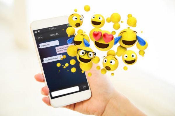 Como puedo actualizar los emojis de mi telefono iphone android de forma facil